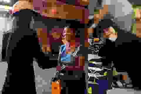 Hồ Ngọc Hà đi xe máy trao quà người cơ nhỡ lúc nửa đêm