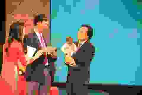 Bộ trưởng Bộ Giáo dục xúc động bế cậu học trò tí hon K'Rể