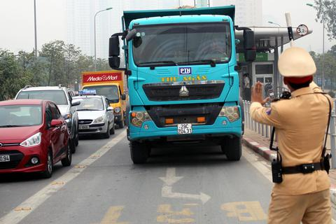 Hà Nội ra quân xử phạt ô tô, xe máy lấn làn buýt nhanh