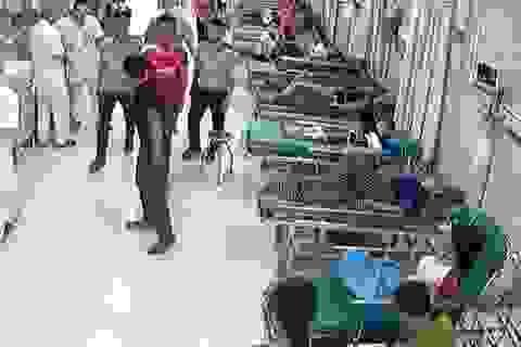 Côn đồ cầm dao gây rối tại bệnh viện