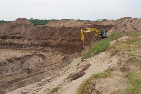 Phát hiện 2 máy xúc lạ đào đất bãi sông Hồng, chính quyền xã báo cáo khẩn cấp trên!