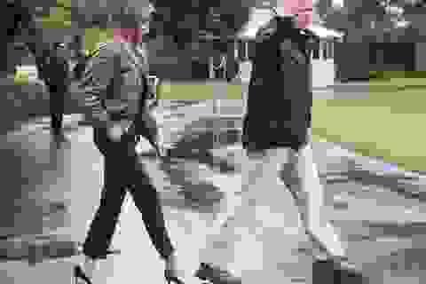 Bà Melania Trump hứng chỉ trích vì đi giày cao gót thăm vùng bão