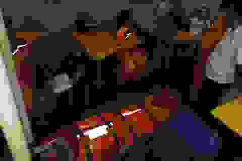 Vượt sóng dữ cứu thuyền viên nghi bị đau tim ở Hoàng Sa