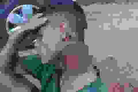 Bị cướp chém gần đứt lìa cổ, chàng trai vẫn đi bộ 500m tìm giúp đỡ