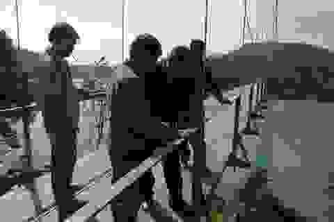 Thông trở lại cây cầu treo bị hư hỏng do bão số 10