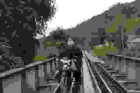 Quăng xe nhảy xuống sông thoát thân khi đi qua cầu đường sắt