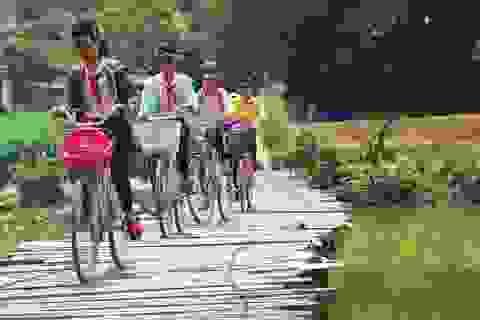 Học sinh liều mình qua cầu tạm vượt sông Kôn đến trường