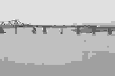 Hà Nội: Phát hiện vật thể lạ nghi là bom gần cầu Long Biên
