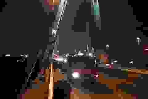 Đi vệ sinh ở cầu Nhật Tân, người đàn ông trượt chân rơi xuống sông
