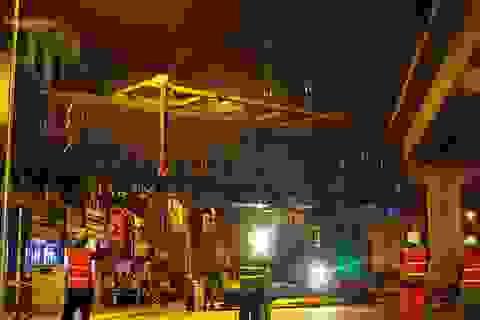 Ba toa tàu được đưa trơn tru lên đường sắt trên cao