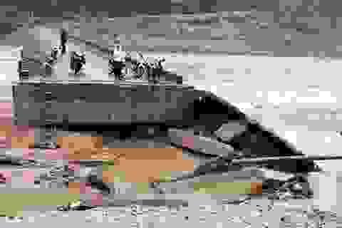Cầu bị bão phá hỏng năm ngoái, nay lại bị lũ cuốn trôi