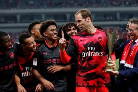 Petr Cech cản đàn em khoe cúp sau chiến thắng trước Bayern Munich