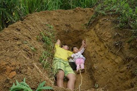 Câu chuyện cha đào mộ cho con gái 2 tuổi khiến cộng đồng mạng rơi nước mắt