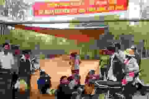 Người dân dựng lán giữa đường phản đối bãi rác gây ô nhiễm