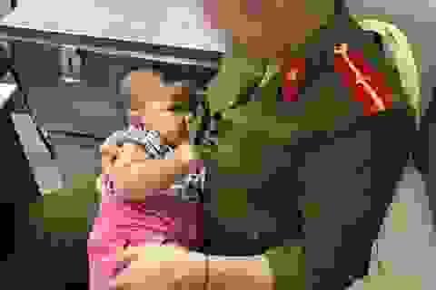 Cháu bé bị bỏ rơi được nữ công an phường cưu mang đã được bố đến đưa về