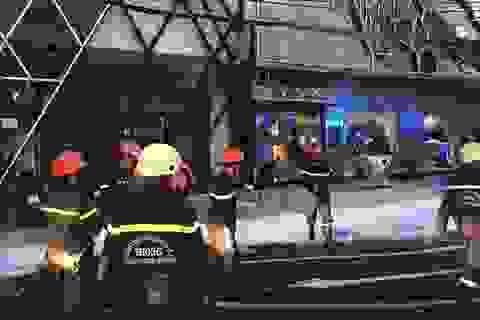Cháy bảng hiệu quán karaoke, hàng chục người hốt hoảng tháo chạy