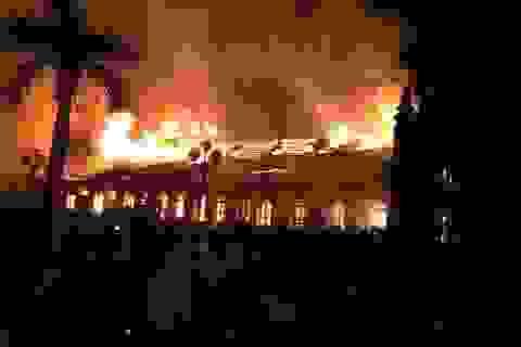 Nhà thờ cổ Trung Lao bốc cháy dữ dội trong đêm