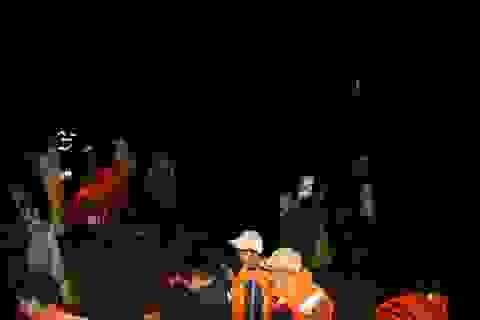 Vụ chìm thuyền ở Đắk Nông: Trục vớt thi thể 2 nạn nhân, bé trai 10 tuổi vẫn mất tích