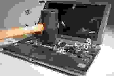 """""""Xả xì trét"""" sau những giờ làm việc với trò chơi... đập phá màn hình máy tính"""
