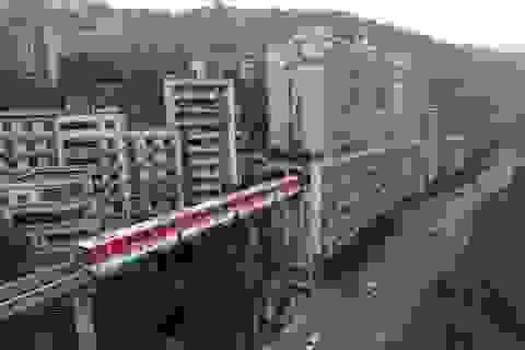 Trung Quốc: Tàu hỏa chạy xuyên chung cư 19 tầng