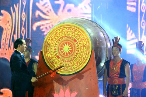 Chủ tịch nước Trần Đại Quang đánh trống khai hội du lịch Cửa Lò 2017
