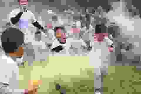 """Các em nhỏ Hà Nội """"lấm lem"""" màu sắc ngày đầu năm mới"""