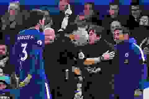 Bị đuổi khỏi sân, HLV Conte rối rít xin lỗi