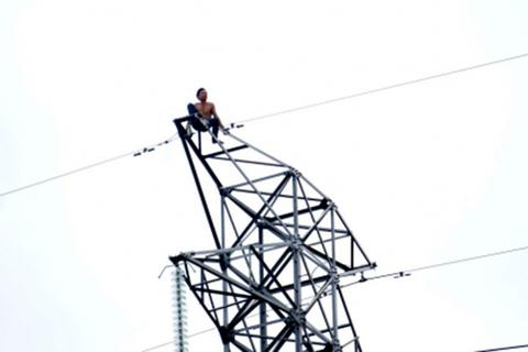 Nhiều khu công nghiệp mất điện vì một thanh niên... ngồi trên cột điện