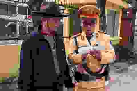 Hà Nội: CSGT giúp đỡ cụ già hơn 80 tuổi đi lạc