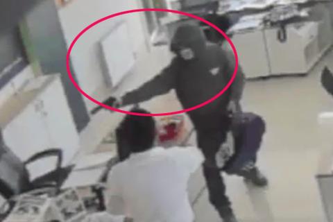 Hình ảnh kẻ bịt mặt cầm súng cướp hơn 2 tỷ đồng trong ngân hàng