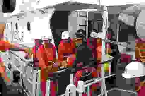 Vượt gần 150km trên biển, đưa thuyền trưởng bị thủng dạ dày vào đất liền cấp cứu!