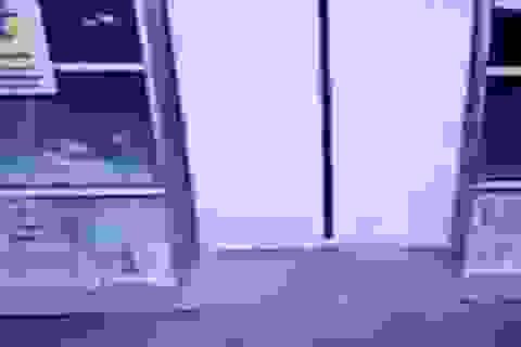 Hành động bất ngờ của bà mẹ cứu con gái bị kẹp thang máy