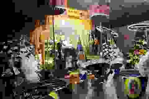 """Nhiều nghệ sĩ """"đội mưa"""" tới viếng diễn viên Nguyễn Hoàng"""
