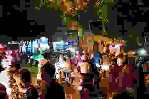 Dân kéo nhau đi canh mức nước, đổ xô mua lương thực tích trữ
