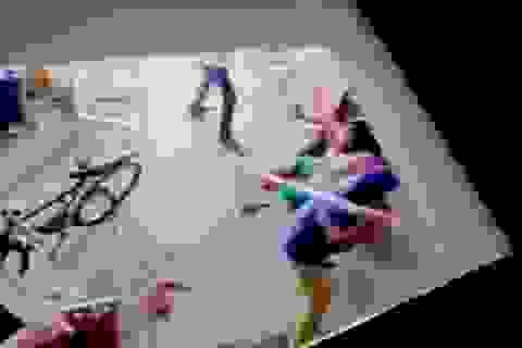 Clip bà mẹ bị nhà chồng đánh hung bạo vì sinh con gái