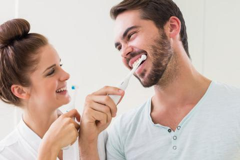 Nên đánh răng trước hay sau bữa sáng?