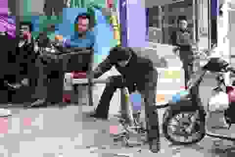 """Khoan bê tông, búa tạ hỗ trợ """"đòi lại"""" vỉa hè ở Hà Nội"""