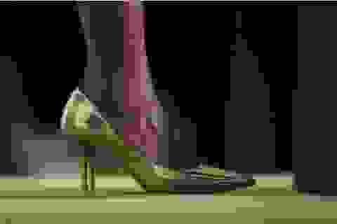 """Xóa bỏ yêu cầu vô lý """"nhân viên nữ phải đi giày cao gót đến công sở"""" ở British Columbia"""