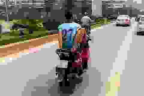 Thanh niên lái xe máy bằng chân trên làn buýt nhanh đối diện mức phạt nặng