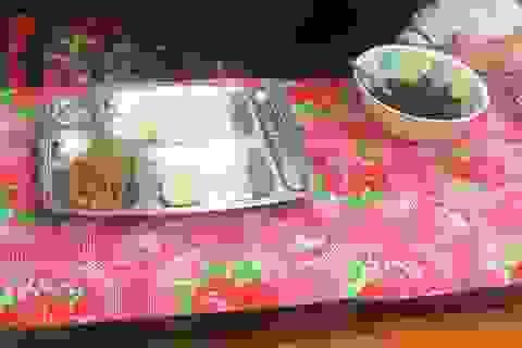 """Trường bị nghi """"bớt xén"""" bữa ăn của học sinh: Thêm hình ảnh những bữa ăn đơn sơ"""