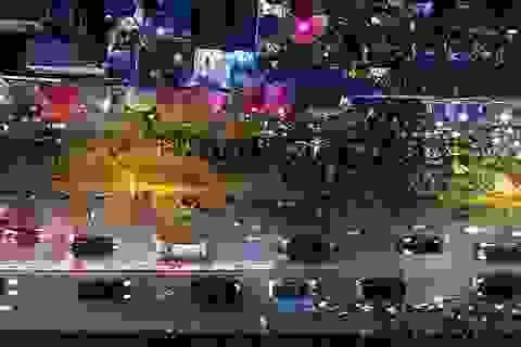 Chợ hoa Quảng An đông nghẹt người mua sắm đêm 29 Tết
