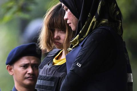 Đoàn Thị Hương mặc áo chống đạn, bị còng tay khi rời tòa