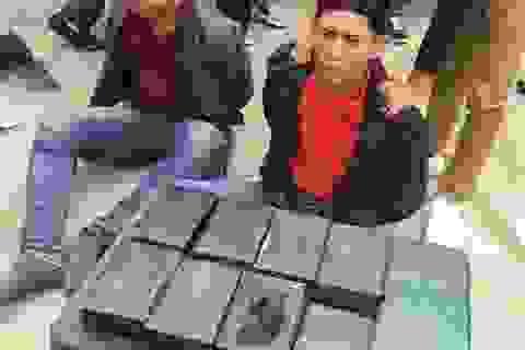 Bắt 2 đối tượng vận chuyển 15 bánh heroin giấu trong thân xe máy