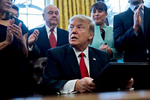 Chiếc điện thoại lại gây rắc rối cho Tổng thống Donald Trump