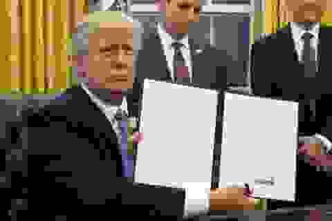 """Chữ ký """"như dây thép gai"""" nói gì về con người ông Trump?"""