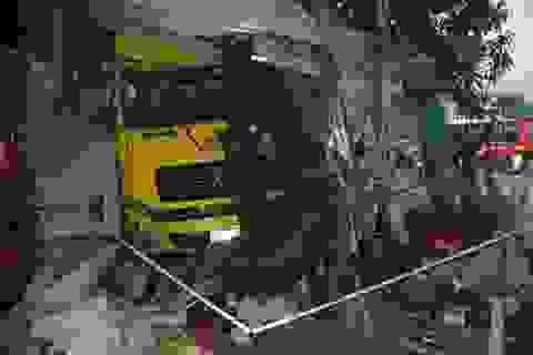 Đang ngủ trong nhà, 2 mẹ con bị xe container tông chết