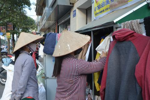 """Tủ quần áo """"ai thừa đến ủng hộ, ai thiếu đến lấy"""" trên vỉa hè Hà Nội"""