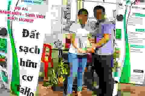 Hai sinh viên chế bùn vi sinh từ chất thải thủy sản để trồng rau sạch
