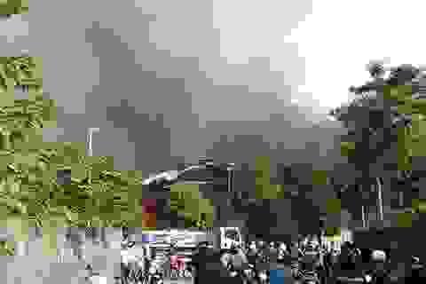 Hà Nội: Cháy dữ dội sát Hồ Tây