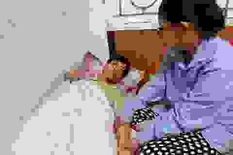 Vợ trẻ ôm 3 con thơ bất lực nhìn chồng chống chọi với bệnh hiểm nghèo
